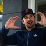 Ben spricht in Gebärdensprache mit den Händen.