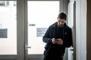 Ben schaut auf sein Smartphone.