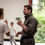 Ben unterhält sich mit einem Schüler.