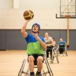 David setzt mit dem Basketball zum Wurf auf den Korb an.