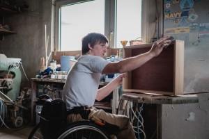 David bearbeitet mit Schmirgelpapier eine Schublade.