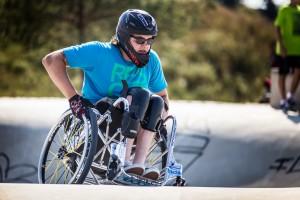 David kann viele Tricks mit dem Rollstuhl. Foto: Jörg Farys | Gesellschaftsbilder.de