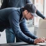 Ben arbeitet am Laptop.