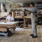 David und sein Chef unterhalten sich in der Werkstatt.