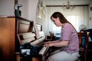 Carina Kühne spielt Klavier